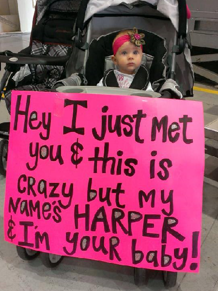 Adorable Picture of Baby Waiting to Meet Returning Soldier Dad for First Time Goes Viral